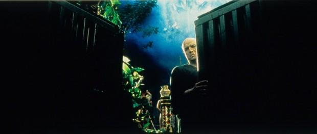 Kuva 2. Eversti Kurtz pimeyden ytimessä elokuvassa Ilmestyskirja. Nyt (1979). © 1979 - United Artists.