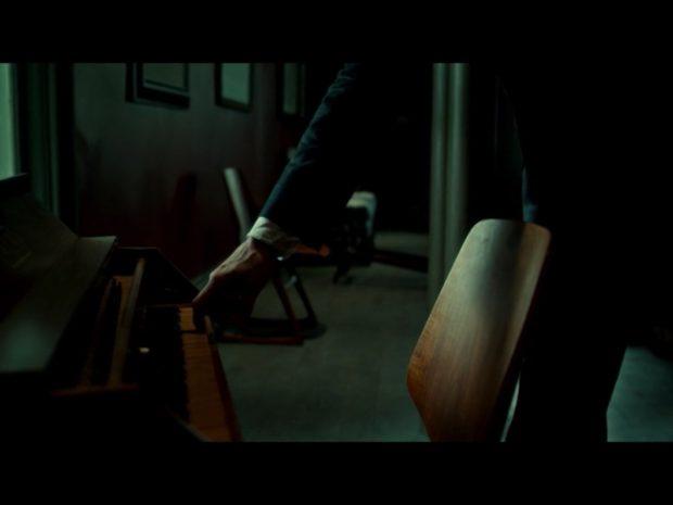 Kuva 2. Hannibal kiirehtii murhan jälkeen cembalon ääreen soittamaan Goldberg-variaatioita. Hannibal-televisiosarja, kausi 1, jakso 8.