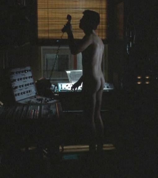 Kuva 2. Gordon toistaa yöllisen puhelinkohtauksen aikana raiskaavaa ja vainoavaa musiikkiaan Chrisille. © Dino DeLaurentiis Corporation & Paramount Pictures.