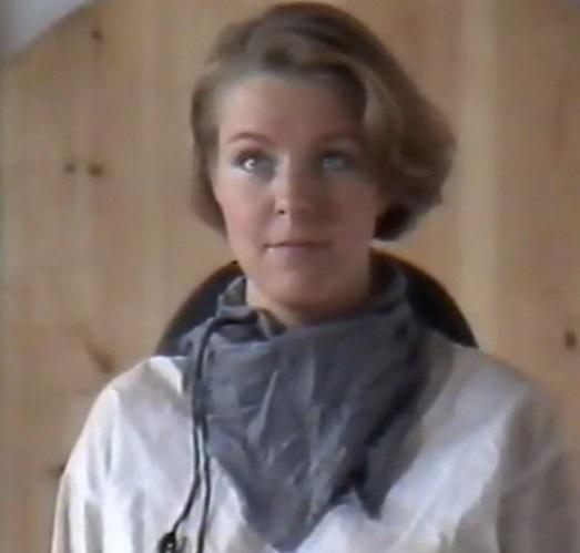 """Kuva 4. """"Voi olla etten viihdy täällä [vankisellissä] kovinkaan kauaa"""". Angelica Smith (Pia Ojuva)."""