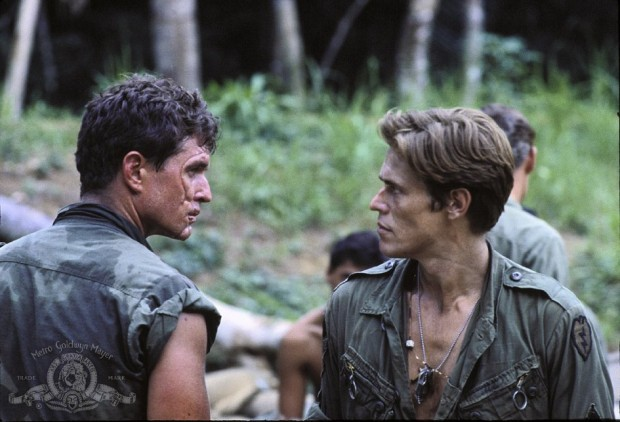 Kuva 4. Kersantit Barnes (vas.) ja Elias (oik.) Platoonissa. © 1986 - MGM, Inc