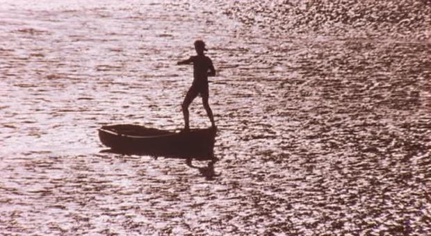 Kuva 2. Daniel harjoittelee tasapainoa herra Miyagin opein. Danielin harjoittelun aikana kuullaan rauhallista panhuiluilla soitettua musiikkia, joka elokuvassa pääosin esiintyy Miyagin kohtauksissa, mutta nyt sama musiikki on myös kuultavissa Danielin kohtauksissa.