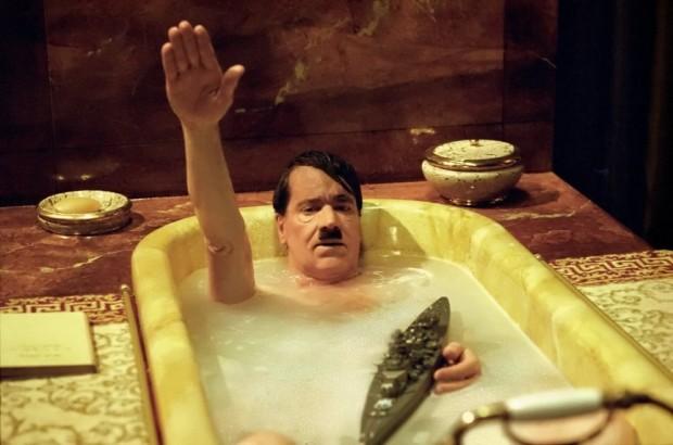 Kuva 7. Dani Levyn komedia kylpyammeleikkien parissa viihtyvästä Hitleristä sai ristiriitaisen vastaanoton. © X Filme