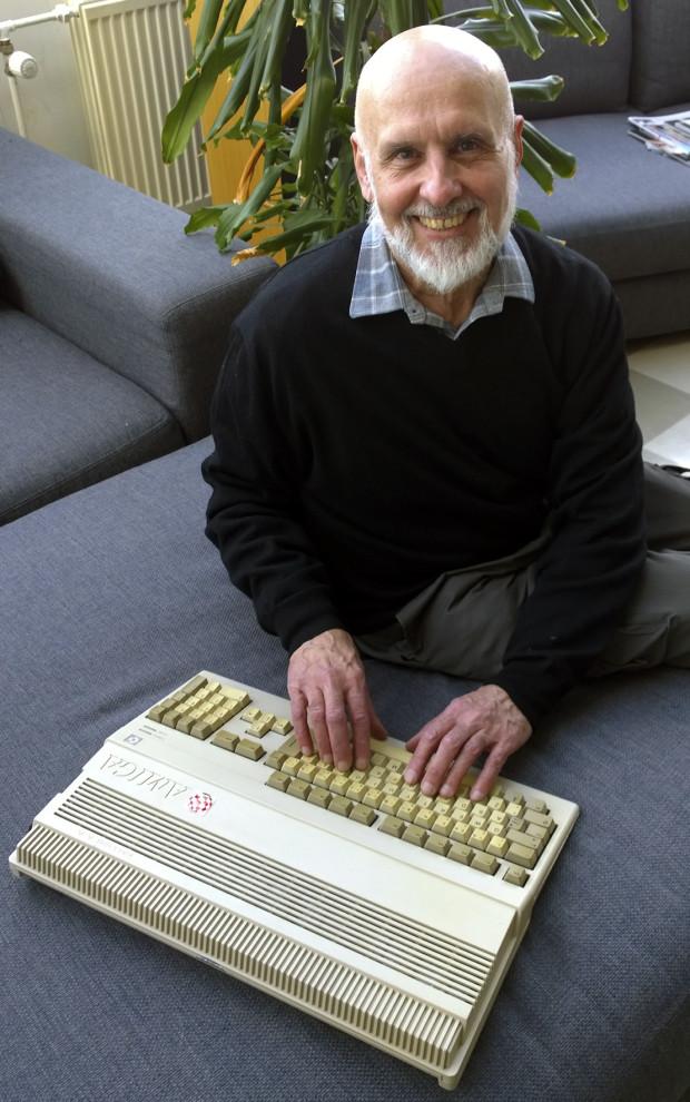 Kuva 1. Seppo Kilgast ja Amiga 500 keväällä 2016. Kuva: Merja Salo.