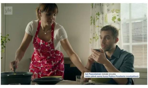"""Kuva 5. 15. lokakuuta 2015 lähetetyn Siskonpeti-komediasarjan toisen tuotantokauden ensimmäisessä jaksossa parodioitiin perheen yliampuvaa some-käyttöä ruokapöydässä. Perhe ei keskustele normaaliin tapaan keskenään vaan """"somettaa"""" toisilleen. Isä tykkää Pekka Poudasta moshpitissä ja äiti vastaa."""