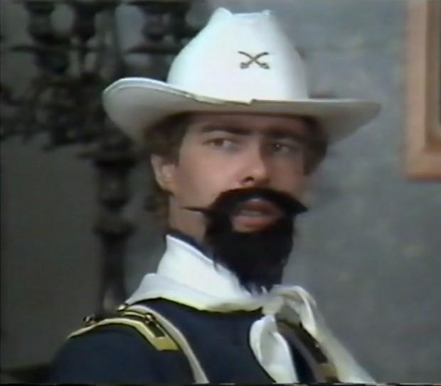 """Kuva 3. """"Kunpa minulla olisi edes kunnon tiedustelijoita!"""". Mortimer MacPatton (Veijo Järvinen)."""