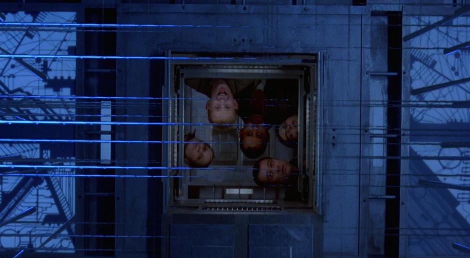 Kuva 1. Kuutiorakennelmaan vangitulle ryhmälle paljastuu pian, että sen jokainen huone on varustettu erilaisilla ansoilla.