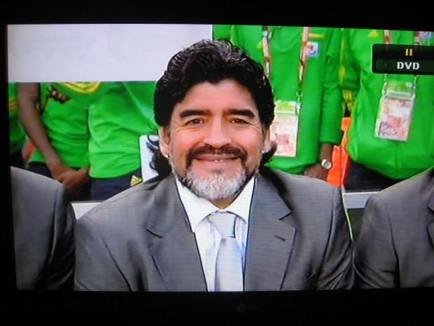 """Kuva 1.  Etelä-Afrikan jalkapallon MM-kisojen seuratuimman megatähden """"kameraflirtti"""" (Argentiina–Nigeria YLE TV2, 12.6.2010)."""